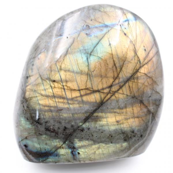 Piedra labradorita con reflejos amarillos