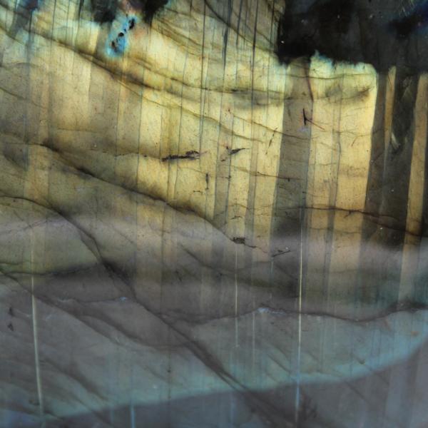 Labradorita con reflejos amarillos pulidos de forma libre