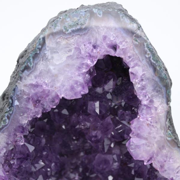 Geoda de amatista con cristal de calcita