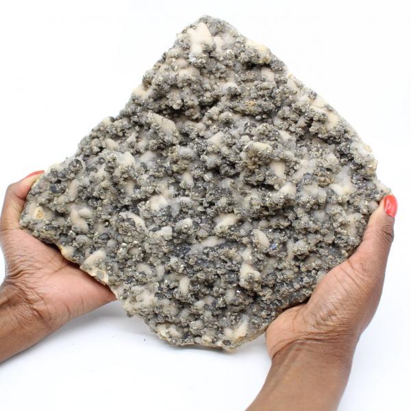 Gran placa de cuarzo con cristales de pirita y esfalerita (blenda)